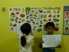 murid-rumah-pintar-kembar-menunjukkan-hasil-karyanya-dengan-pd